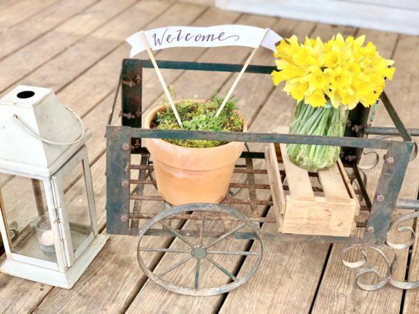 farmhouse decor, daffodils, front porch,